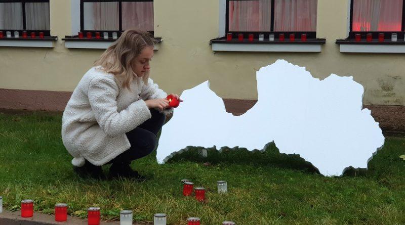 Sveču liesmiņas par godu Latvijai
